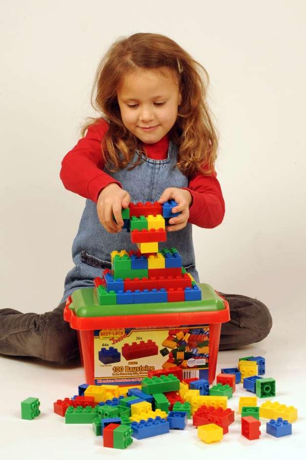 Spielend lernen: Bausteine trainieren Fähigkeiten wie das räumliche Denken und fördern zugleich die Kreativität der Kinder. Foto: djd/Best-Lock GmbH