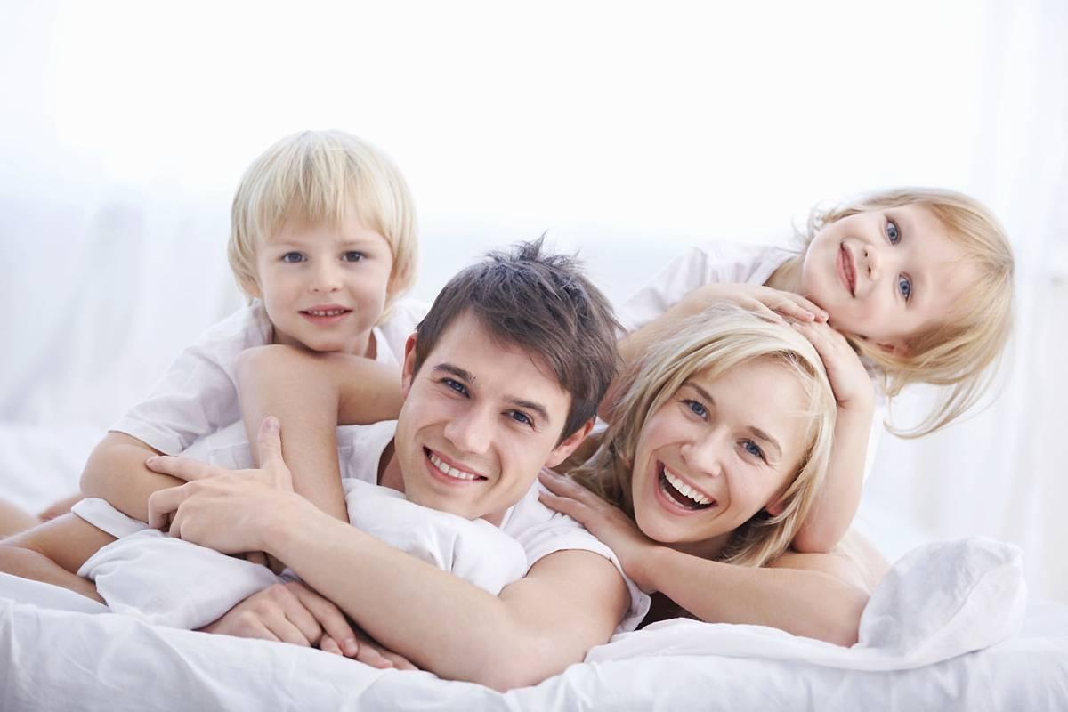 Wenn es mit der Nachtruhe klappt, profitiert die ganze Familie davon. Foto: djd/Bambini Kinderarznei/thinkstock