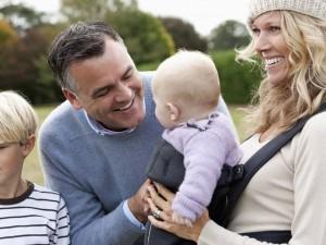 Wer eine Familie gründen möchte, sollte nicht zu lange warten, denn mit zunehmendem Alter sinkt die Wahrscheinlichkeit einer Schwangerschaft. Dann können oft spezielle Kinderwunschzentren helfen. Foto: djd/MSD/Corbis