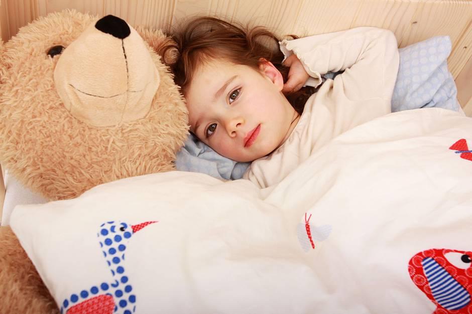 Wichtig ist es, das Selbstvertrauen des bettnässenden Kindes zu stärken und es bei der Erlangung der Blasenkontrolle zu unterstützen. Foto: djd/Apogepha Arzneimittel/©athomass - Fotolia.com