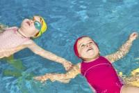 Zwischen vier und fünf Jahren können Kinder mit dem ersten Schwimmkurs starten. Manche Krankenkasse zahlt einen Zuschuss. Foto: djd/IKK classic/thx