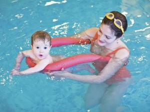 Spielerisch das Wasser entdecken, darum geht es beim Babyschwimmen. Foto: djd/IKK classic/thx