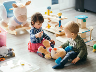 Eingewöhnung im Kindergarten - erstes Kennenlernen mit den anderen Kindern Foto: veryulissa / shutterstock.com