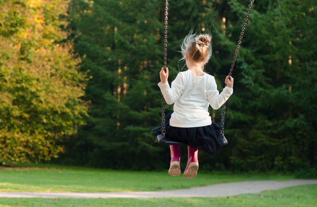 Wenn Kinder auf dem Spielplatz sind, wird schnell die Zeit vergessen. Mit eine Smartwatch können Kinder schnell und einfach kontaktiert werden.