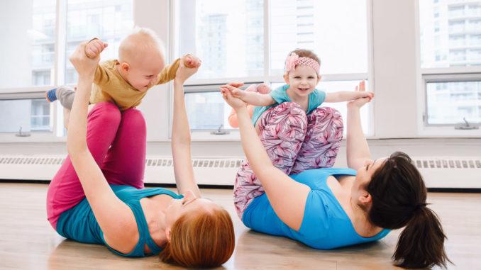Turnübung beim Babyturnen