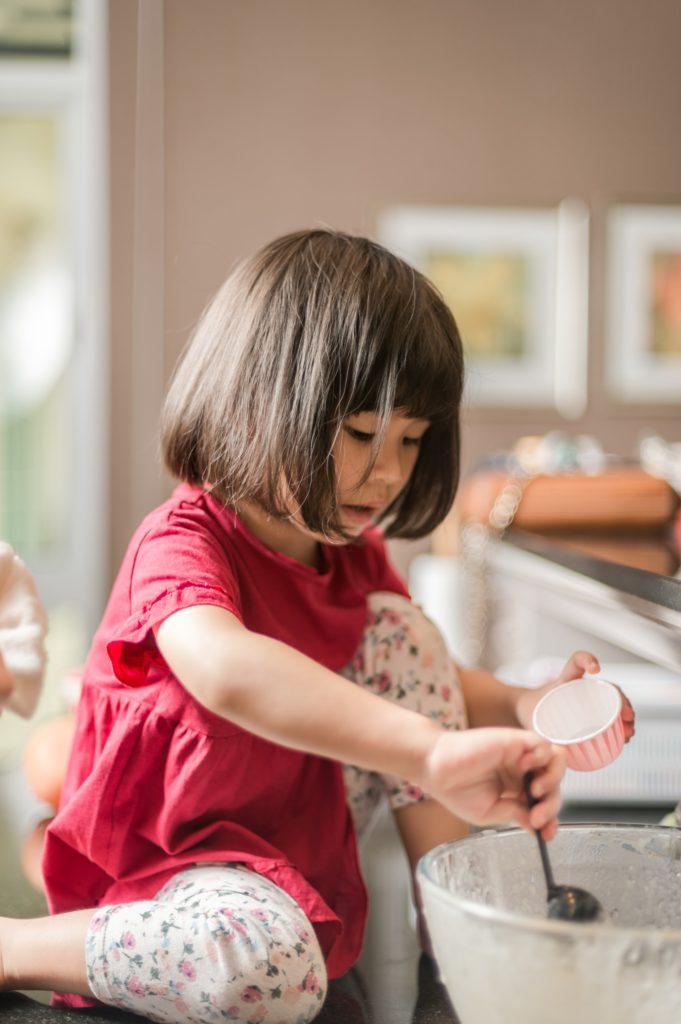 Kuchen backen mit Kleinkind