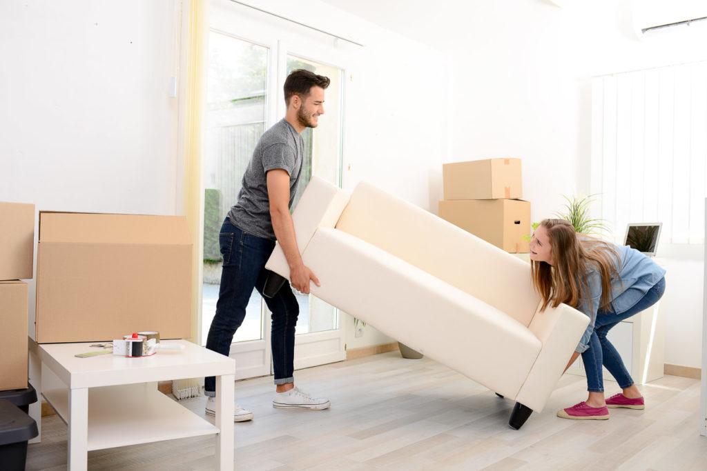Freunde können beim Möbelaufbau helfen