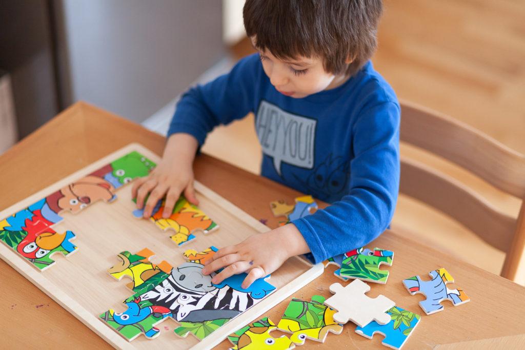 Kind mit einem Puzzle