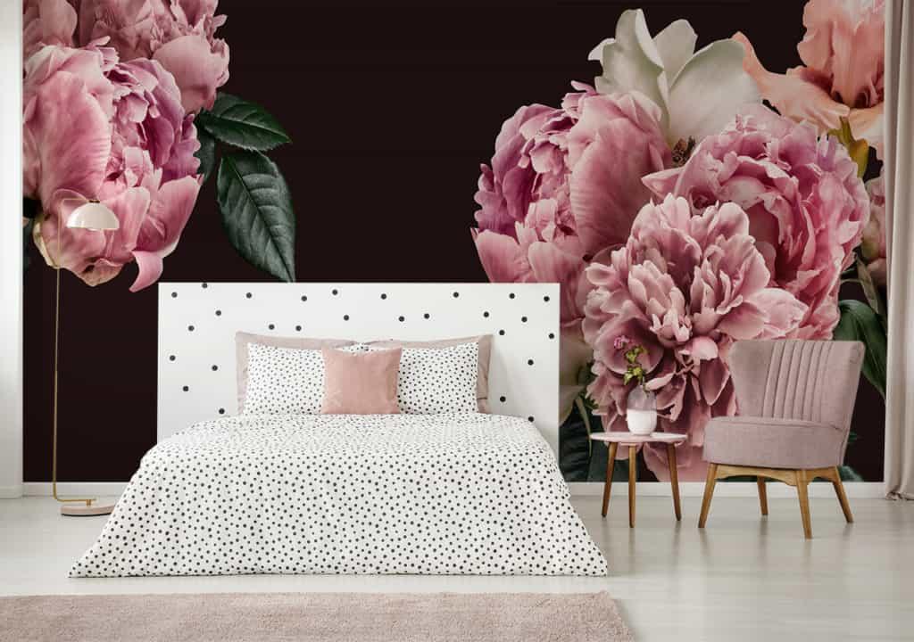 Fototapete rosafarbige Blumen vor schwarzem Hintergrund im Schlafzimmer