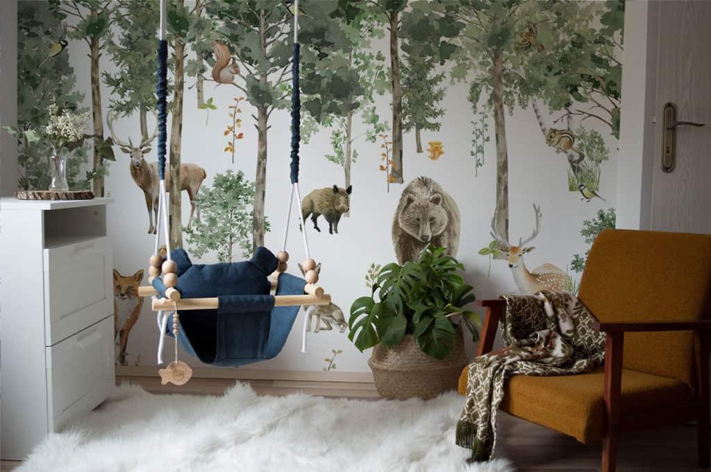 Kinderzimmer mit Fototapete Waldlandschaft und Tiere