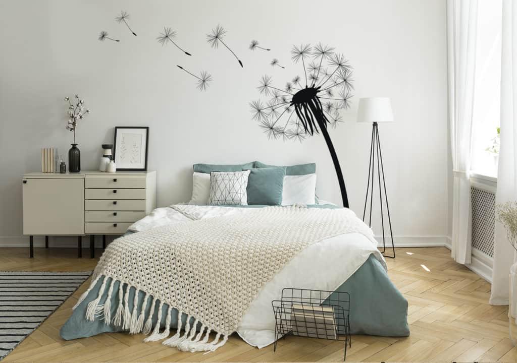 Schwarz-weiße Fototapete fluffige Pusteblume im Schlafzimmer